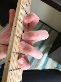 ギター始めました。 左手でコードを押さえる時、薬指と小指が内側を向いてしまって、なかなか広がらないです。  指が広がらないのはギターに全然慣れてないのが理由だって言うのは分かりますが、指自体の向きは練習すれば改善されますか?  また、これが普通なのですか?