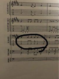 この楽譜のベースの部分で質問があるのですが ここの部分はオルタネイトで弾く際 ダウン→アップ→ダウン→ダウン→ダウン→ダウン で引くのが正規の弾き方ですか? よろしければアドバイスよろしくお願いいたします!