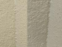 外壁塗装後、ひび割れっぽいものや小さな穴がありますが、これは何の原因でなっているのでしょうか? 先日外壁を塗り替えて貰いました。 使用した上塗り塗料はアレスダイナミックMUKIという無機有機ハイブリッド...