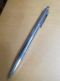 このシャーペンの名前は何ですか? 貰い物でメーカーの名前などは何も書いてありません。