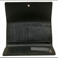 COACHの三つ折長財布を購入しました。 開けると画像のような感じで背面にファスナーがついています。 小銭やお札はどこに入れるのが正解なのでしょうか?