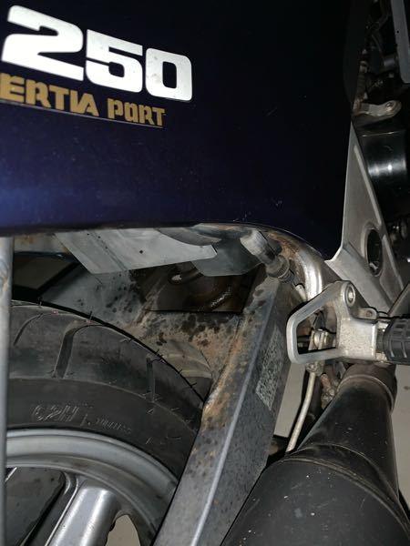 vtz250のサスペンションのオイル漏れについてです。 このままでも大丈夫なのでしょうか? また放っておくとどのような危険性がありますか?