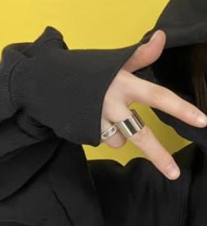 この薬指についているリング(指輪)のブランドわかる方いますか? また、それに似たデザインのリングを知ってる方教えて下さい。よろしくお願いします。
