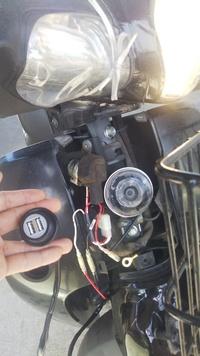スーパカブ110(JA10)用のキタコのUSBキットを購入、昨日早速取り付けましたが、写真のようにLEDが光らず、 念のためUSBケーブルを差し込んでスマホでも確認しましたが充電されていません。これって初期不良と考えて良いのか教えて下さい。3Pカプラはちゃんと接続されているようです。よろしくお願い致します。