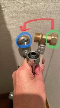 パナソニックの温水洗浄便座を購入しました。 取り付けを行ったところ、トイレ側(止水栓)側のネジ径が大きく、付属の分岐金具では取り付けが出来ません。止水栓側がワンサイズ大きいようでナットがはまらないという状態です。 この場合どのような対応で対策ができるでしょうか? 業者を呼ばずに対応したく、なにか別の金具が必要等、情報いただけますと助かります。 機種は、DL-PPTK10です。 写真青...