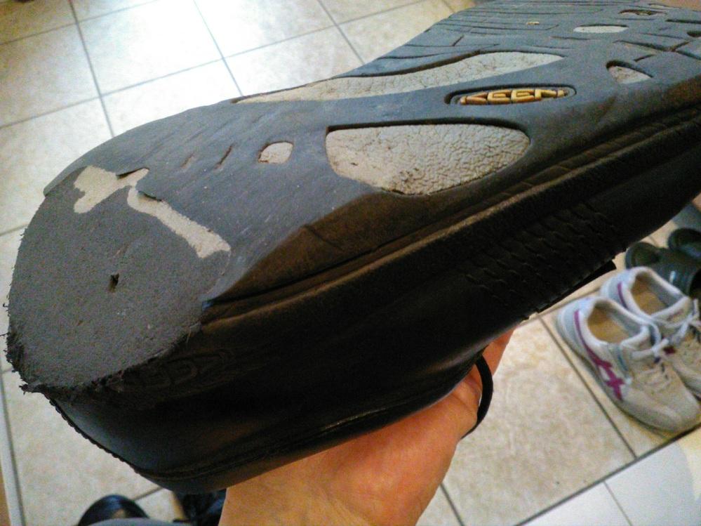 合成皮革で一体成型の擦り切れた靴底を盛るような修理って可能でしょうか。 添付写真のKEENですが、生産終了していて買い直しができなく修理できればと思っています。適当な代替品がないため見てくれは悪...