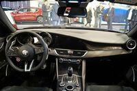 アルファロメオ・ジュリアと、レクサスESかISかLSでしたら、どちらが良いと思いますでしょうか。自分が乗るなどする場合。 写真はアルファロメオ・ジュリア。乗せてもらう時でも。