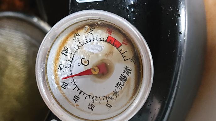 IHで加熱したとたん、揚げ物の温度計から黒い液体みたいなものがでてきました(>_<) これは何でしょうか?買い換えたほうがいいでしょえか?