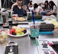 タバコ?写真左下の黒い箱?はタバコですか?? 写真は韓国の俳優、イ・ミンホです。  どうしても気になるので詳しい方お願いします。 日本の俳優さんでも吸ってる方結構いるし、その点わかってますが、意外だったので、質問しました。