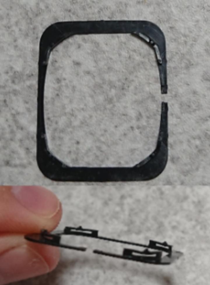 これ何か分かる人いますか? 縦約26mm、横約22mmの、プラスチックのような素材でできた薄い板状の四角いパーツで、片面の角4ヶ所に小さな突起のついた台のような構造のものがついています。反対の面は平らです。長い方の中央が1㎜ほど切り取られたような形状になっています。 因みに、画像で右上の角だけ白く見えているのは、たまたま光ってしまっているだけです。 もしわかったら教えて下さい。