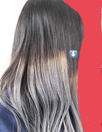 昨日美容院にて、初めてグラデーションカラーをお願いしました 3年染めていない髪でしたので、ブリーチ(1回のみでした)からやっていただきました 地毛→シルバーのグラデーションとしてやっていただき、毛先の色は大変気に入っているのですが、地毛との境目のブリーチ剤が残ったような金色?と、段差(写真矢印部分だけスタート位置が低い)に違和感を覚えました ①この境目はシルバーが入っていない状態でしょう...