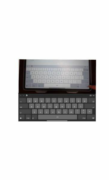 ipadのキーボード設定について質問です 写真上が設定したいキーボードで下が今私が使っているキーボードの設定です どうやったらできますか? 見にくくてすいません 上は日本語配列のような配置でエンターキーが大きいものです 下は英語配列のようでエンターキーは長方形です