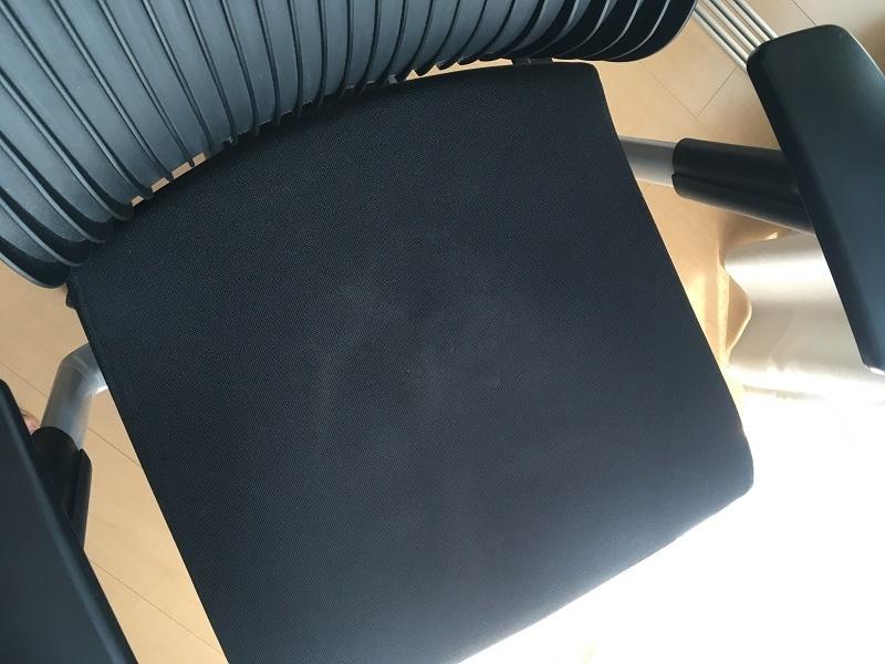 オフィスチェアの布製座面の汚れの落とし方を教えてください。 車の布シートクリーナーを試しましたが、たいして効果なしでした。