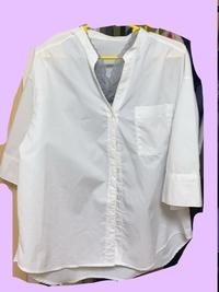 持ち物:白シャツ は襟付きじゃなきゃだめですか?  単発バイトでフルーツ飴の専門店(店頭で手渡しする感じのお店)に行くのですが、 持ち物に白シャツとありました。 普段スーツを着る機会がないので、もともともってたYシャツは襟が黄ばんだので捨ててしまい、手元にこれくらいしかシャツがありません。 新しく買うのが面倒なのでセーフなのであればこのシャツにしたいのですが、襟の有無の記載がなければ...