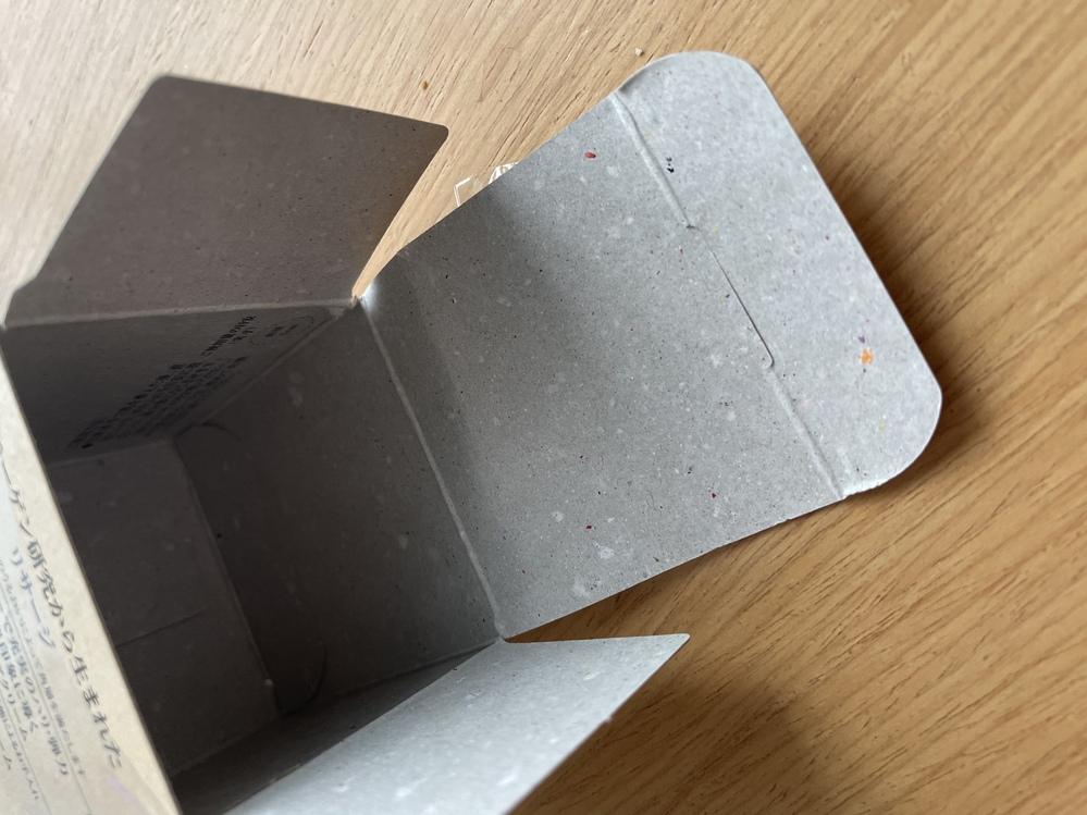 リサージのクリームを開けた所 箱の内側に白やオレンジ、青などの点々が付いていました。 これって再生紙なのでしょうか。