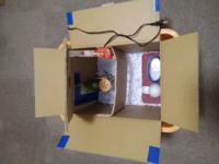 チャボ・烏骨鶏の雛の 育雛箱について教えてください。  写真の様な育雛箱を自作しました。  ●縦 380mm(長辺) ●横 280mm(短辺) ●高さ280mm ●保温電球20W×1(試運転/箱内側床付近35℃) ●暖房暗室・普通暗室・食事室の3区画 ●温度計・湿度計を暖房暗室に設置 ●保温電球の側に小さなペットボトルに湯を  入れキャップは5箇所穴を開けた加湿器×1 ●床敷はタイルカーペッ...