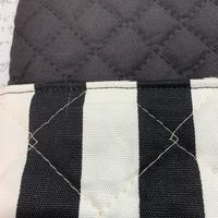 キルティング生地を使って、防災頭巾カバーを作りました。 椅子の背もたれにかけて使う、上から取り出せるタイプのカバーです。 一番たくさん生地を重ねるところでは太い針でないと縫えないので14の針で縫ってい...