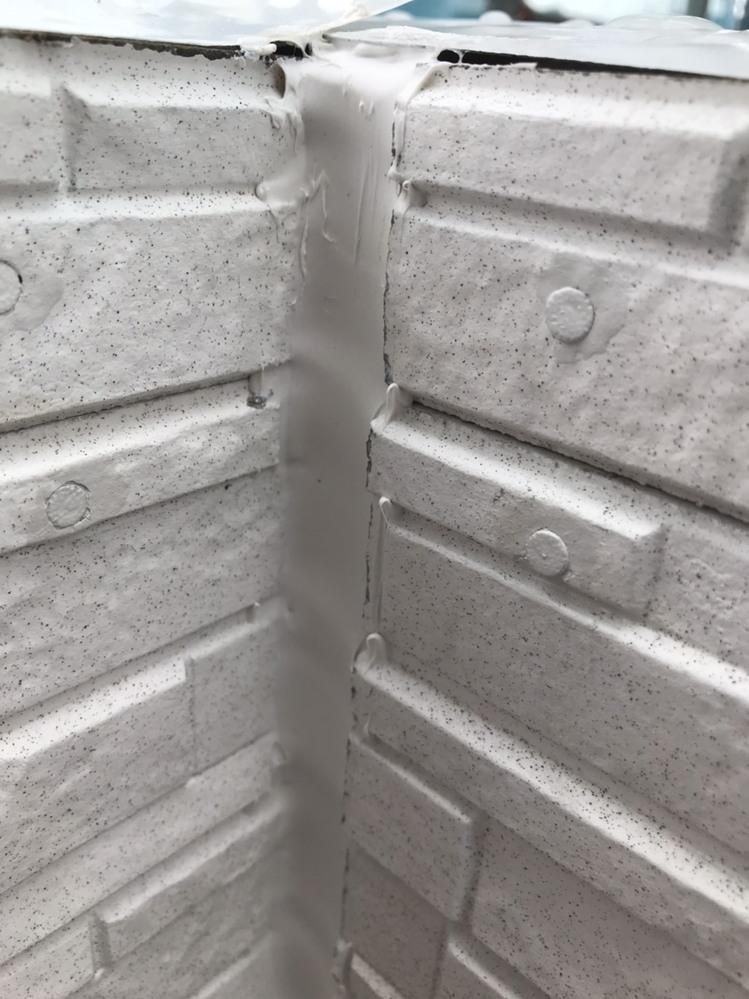 現在、戸建てを建築中なのですが、外壁のコーキングの仕上げが雑なのではと気になりました。 私は建築についてはど素人なので、専門家の方たちの意見を伺いたいです。 現場監督には事情を説明し写真も送りま...