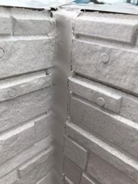 現在、戸建てを建築中なのですが、外壁のコーキングの仕上げが雑なのではと気になりました。 私は建築についてはど素人なので、専門家の方たちの意見を伺いたいです。 現場監督には事情を説明し写真も送りました...