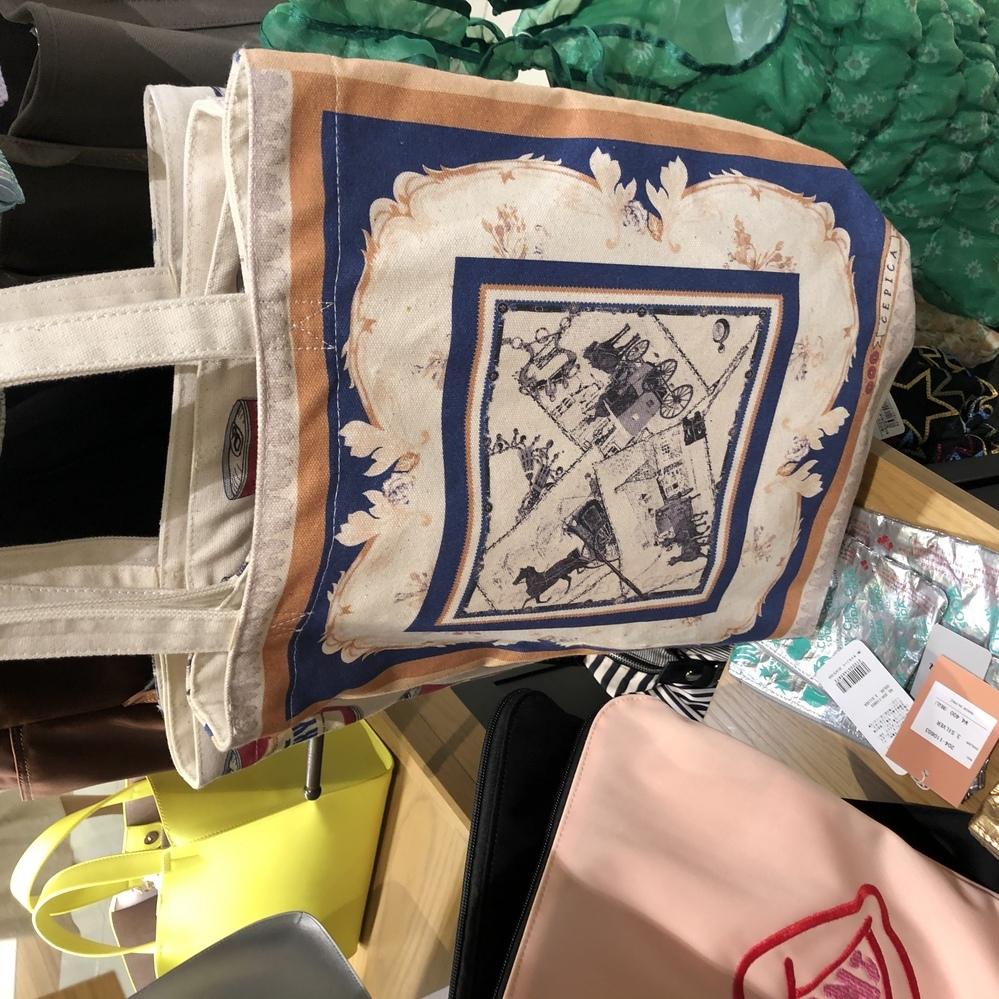 このバッグのブランドどこか分かりますか?