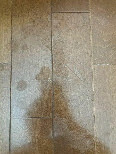 除光液を床にこぼしてしまい、すぐ水拭きで拭いたのですが、まだら模様になってしまいました。元に戻す方法ないですか?