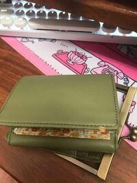 財布のがま口金具が外れてしまいました。 財布側が破れているわけでは無いので、このままはめられるような気がするのですけど、固定するならどのようなボンドがよいのでしょう。 財布側は合皮に布を貼ってる感じで、はずれた原因はボンドの劣化と小銭の入れすぎと思われます。 この手の修理はしたこと無いのですが、お気に入りでもあるので、修理に挑戦してみたいです