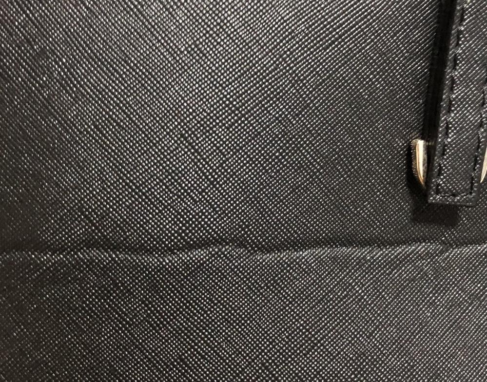 100%PUレザーのバッグのしわを伸ばす方法はありますか?画像のような感じで、バッグの端から端まで横にくっきりとしたしわになっています。