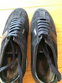 この靴紐の結び方の名前を教えてください。 1本のみで全ての穴に通してあり、残りは先端の穴1つのみに入った状態で中を通って踵側に来ています。  ディスプレイ用の結びで、履くには結び直した方がいいのでしょうか。