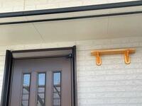 ツバメの巣作りについて。 昨年は玄関ドアの両端に巣を作られてしまい、 ドアを開ける度にツバメの親に怒られてしまいました。 今年は木製の棚を作ったのでそちらで巣作りをしてほしいのですが、一昨日玄関ドアのところに止まってけたたましく鳴いていました。 どうにか誘導する方法はありますか?