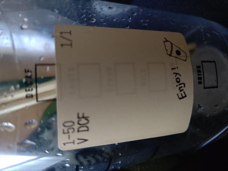 スターバックスコーヒーにたまに行っているのですがこの前ventiサイズのダークモカチップクリームフラペチーノを頼んで商品を美味しく頂いていた時よくみたらカップの側面のシールに「V DCF」と書いてあるのが貼ってあ ったのですがあれはventiのダークモカチップクリームフラペチーノの略で合ってますよね? ちなみに店員に「V DCF」と言えばオーダー通りますか?