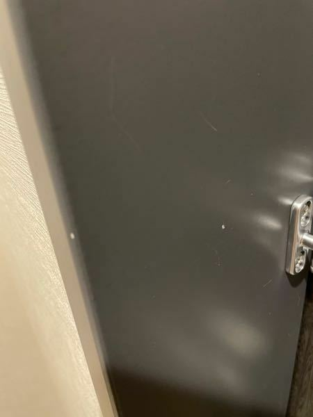 新築の賃貸に住み始めて1ヶ月程ですが、初期不良としてすでに管理会社に報告している部分の微細ですが塗装の剥がれが、玄関なので毎日どうしても気になり、初期不良の場合は管理会社に申告すれば無料で塗装直しなど 修繕してもらえるのでしょうか? ちなみに写真の白い点になってる2箇所が塗膜が剥げてる部分です。 自分でDIYとなると色が変わってしまいそうで怖いですし、業者に頼んでこのレベルの直しをしてもら...