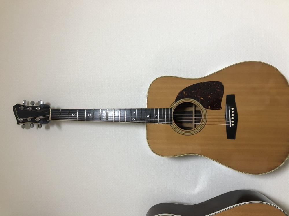 アコースティックギターについての質問です。 H.M.Teradaというヘッドロゴのギターを入手しました。 1970年台のハンドメイド品だということまでは分かっているのですが、諸々詳細が不明です。 ネットで調べても出てこないので、 もし知っている方がおられるならば、いろいろ教えて欲しいです。 単板なのか、合板なのか、 当時の生産数はどれ程の数だったのか、 価値など知りたいです。 材はサイド...