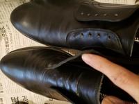 【至急】革靴 初めて革靴を磨いたら写真のようになってしまいました! M.モゥブレイ ステインリムーバーで拭いたあと、左足にサフィールのビーズワックスポリッシュを指で塗り込んで(この時点でシワが深く目立つ...