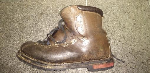登山靴(昔ながらの革靴)ですが、二日間雪山へ行って帰ってきたらインソールの下、本底がぐしょぬれでした。 コバからの浸水と思われるのですが、自分でできるいい対策はないでしょうか。「登山靴用コバ充填剤」でググったら、ショッピングでギア エイド(Gear Aid)、シューズドクターNくらいしか見当たらないのですが。革の防水ではなく、コバアッパー間の浸水止めです。