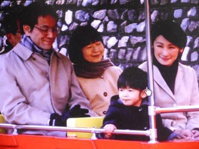 小室圭さんと母君について教えて下さい。 ・小室圭さんは普通、母君がワル ・小室圭さんも母君もワル どちらが本当なのでしょうか? 皇族から結婚で民間に嫁ぐなら、 黒田慶樹さん のような人格者に 嫁いで貰いたい所です。