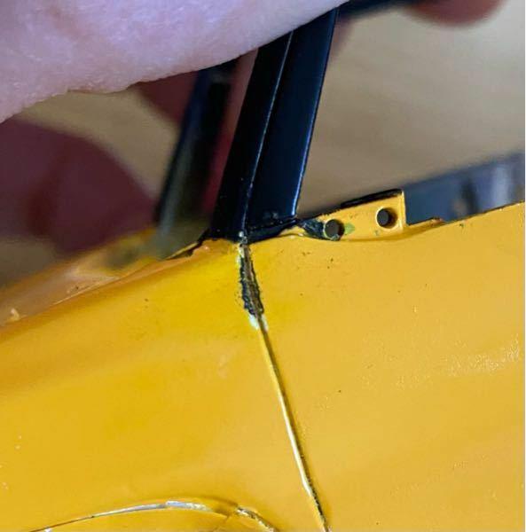 カーモデル、プラモの塗装はみ出しの処理の仕方 車プラモデルの塗装でボディ色を塗装した後(ラッカー系スプレー) 一部塗り分けの為にマスキングして黒の塗装(ラッカー系スプレー)をかさねたら、 きちんとマスキングしたつもりでしたが、モールドのところに流れてしまいました。 少し削ってもなかなか落ちません。 良い修正の仕方が有れば教えてください。