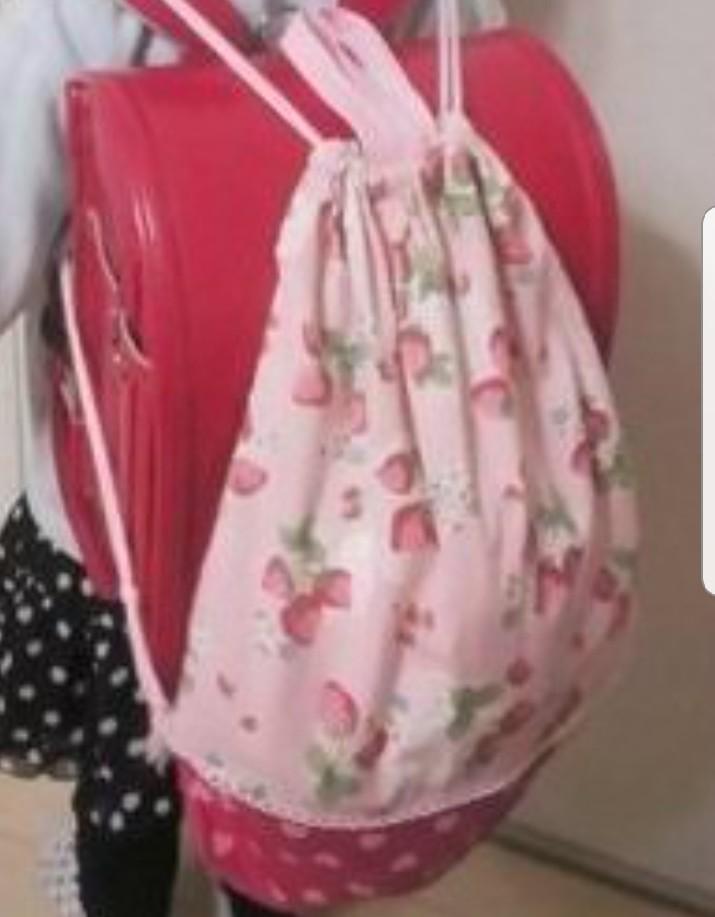 小学生の体操服袋についてです。 地域や小学校によって違うとは思いますが、ナップサックのような形で、ランドセルの上から背負うのが一般的なのですか?