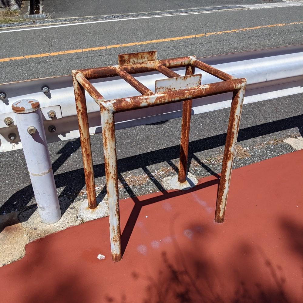 これはなんなんでしょうか? 京都のるり渓温泉近くの歩道に等間隔に設置されていました。用途や名称など分かる方がいらっしゃいましたら教えてください。