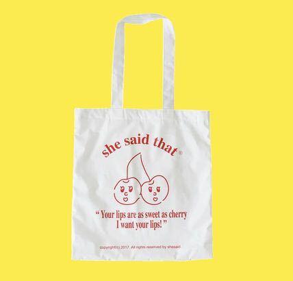 このバッグはPCや教科書を入れても大丈夫なくらいの生地感や強さでしょうか? もし使っている方がいたら教えて頂きたいです。