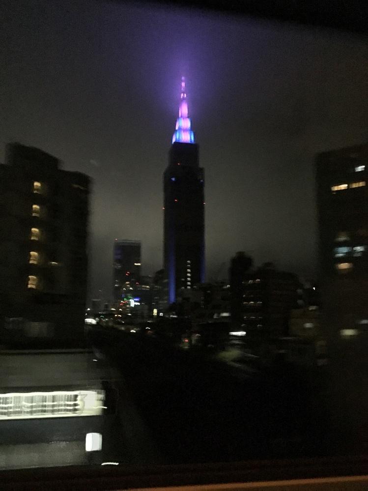 首都高夜通ると目立つこの建物。なんでしょうか?
