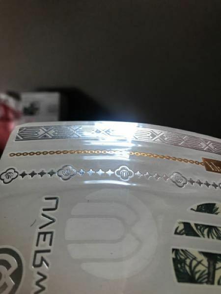 こーゆータイプのステッカーの貼り方を教えてほしいです。 ビニール1枚貼り付けられており、剥がして絵の部分を触ってみるとペタペタと少し粘着します。 また、紙にはれますか? よろしくお願いします。
