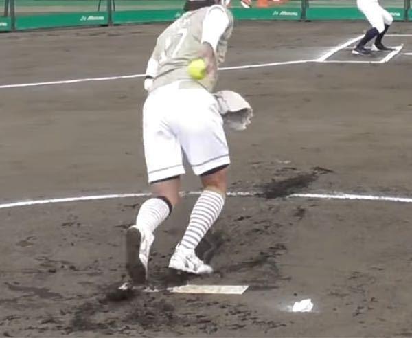 ソフトボールのピッチャーのルールについて質問なのですが!こちらの画像は上野投手です! 後ろに腕も下げた瞬間に右足をプレートから半歩進んでから投げてるのですが! これって良いんですか?? 左足を出...