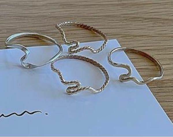 こんな感じの雰囲気の指輪が売ってるブランド教えてください 他にも可愛いデザインの指輪が売ってるブランドありましたら、教えていただきたいです!お願いします!