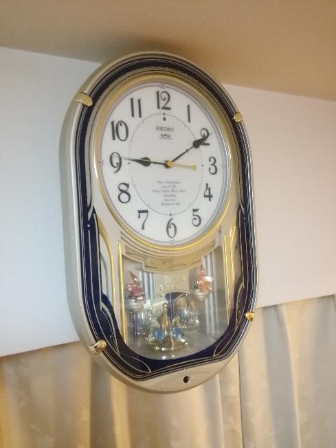 こんにちは。 早速お聞きしたいのですが、カテゴリが違いましたらすみません。 以前から、祖父母の家に掛け時計があり、この時報を聞くとすごく落ち着くことができます。聞くと「(2006年に)引っ越してきたときに貰った」とのことで、同じものがほしくなりました。 この時計なのですが、あまりにも古くもう廃盤の状態なのでしょうか。また、この時計で流れるメロディをご存じの方、教えていただけると大変助かり...