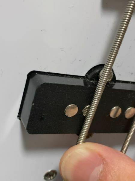 ベースの質問です。 ベースにあるピックアップの丸っこいのに弦を近づけるとなんか磁石のようにくっつく感じがします。 どうなってるんですか?