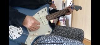 この動画で使われているギターはFenderのなんというギターですか?また、どのようにしてこのような音を作りますか? https://youtu.be/zAZFmVE0CqA