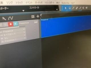 急ぎです。250枚 作曲を始めようと思い、Studio One Primeを使い始めたのですが、画像の通り打ち込んでも青いところに音の階段?みたいなのが表示されないし、その上の黒いところに小節数も表示されません。 どうすれば表示されますか? 全くの初心者なので知識もなく、解説動画もこれらは最初から表示されてて困っています!