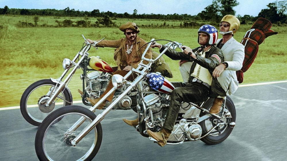 なぜイージー・ライダーてヘルメットを被っているのですか。 ・・・・・・・・・・・・・・・・・ 映画のイージー・ライダーのことなのですが。 映画の中ではデニス・ホッパーはノーヘルですが。 映画の中でピーター・フォンダーは場面によってノーヘルだったりヘルメットを被ったりですが。 よく分からないのですが。 なぜピーター・フォンダーはヘルメットを被っているのですか。 映画なのだからノーヘルのままでい...