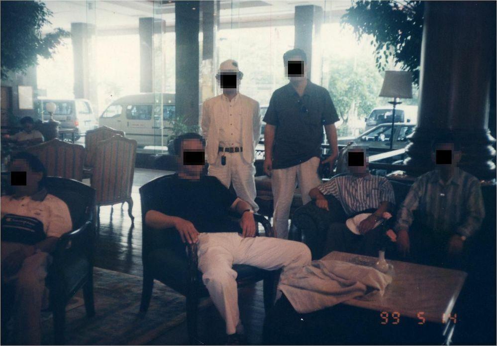 ホテル名が知りたいです【バンコク】 写真の日付を見ると22年前になります。 会社の旅行でバンコクへ行ったときの写真です。 この画像の情報だけでこのホテル名を知りたいです。 その他の情報としては、うろ覚えですが大きな川や道路に面している感じではなかった。ホテルの横にはゴーゴーバーではありませんが、女の子が一人ついて一緒に飲める露店な感じのお店がありました。 ホテル前の道を大通り方向に進み大通...
