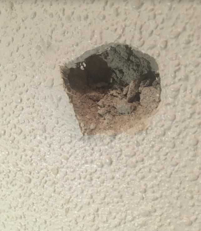 室内の壁に穴を開けてしまいました。 修復をしたいのですが、 この壁がどういう名称の壁なのか 調べてもなかなかわからず… 詳しい方がいらっしゃいましたら、お教えいただきたいです。 自分で直すことも可能かどうかも、 もしご存知でしたらご教授いただけますと幸いです。 どうぞよろしくお願いいたします。